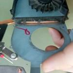 Tutaj także duży stopień zabrudzenia. Jak widać - zgromadziła się taka ilość kurzu, która uniemożliwia skuteczne chłodzenie laptopa.