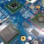 Karta graficzna ATI Radeon (zaznaczona na czerwono) zamontowana na płycie głównej laptopa.